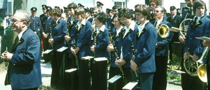 Musikverein Eckfeld am Ehrenmal (Pfingsten 1985)
