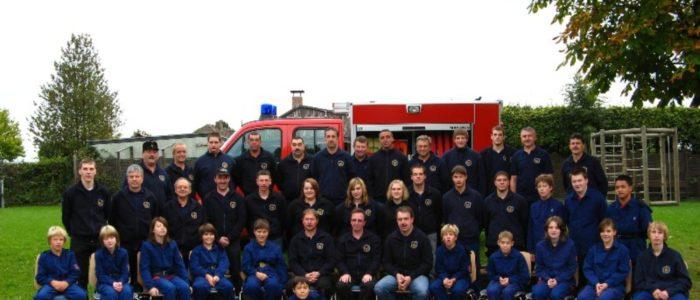 Gruppenbild der Feuerwehr und der Jugendfeuerwehr Eckfeld 2008